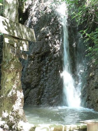 водопад в деревне Тримклини