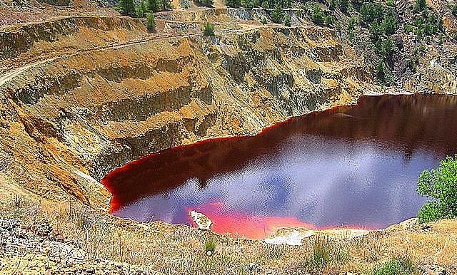 кровавое озеро на Кипре