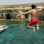 Прыжки со скал на мысе Каво Греко – любимое занятие экстремальной молодежи