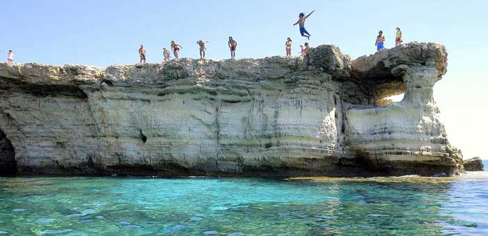 прыжки со скал на мысе Каво Греко Кипр