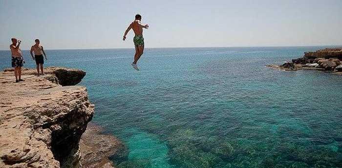 прыжки со скал на мысе Каво Греко